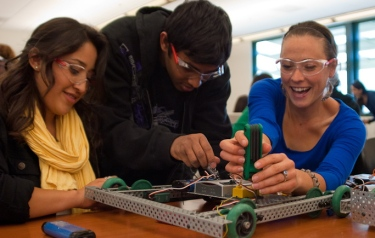 Students_work_on_robots_at_Cañada_College
